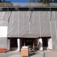 本殿、屋根の葺替え工事中